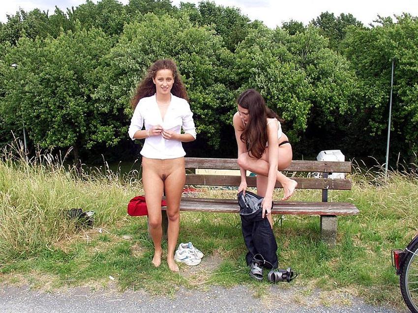 в парке голая фото